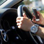 Smartphone za volantem se ukázal být nebezpečnější než pití