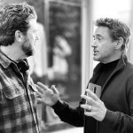 OnePlus-suurlähettiläs Robert Downey Jr kävelee OnePlus 8 Pron kanssa