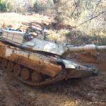 دبابة القتال الرئيسية للولايات المتحدة عالقة في بركة مياه عادية