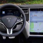Elektromobil Tesla poznal na hřbitově žijícího člověka