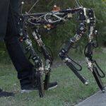 Le robot s'adapte aux pannes, et s'il trébuche, il apprend de ses erreurs