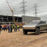 Elon Musk a montré de nouvelles pièces de Tesla Cybertruck: écran de 17 pouces et volant, comme le Tesla Model S (2021)